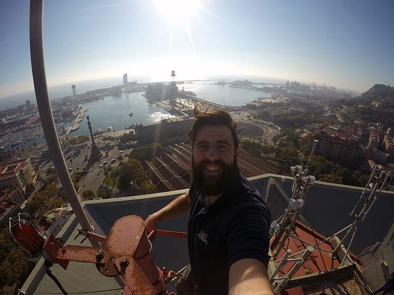 profesional instalando antena en barcelona